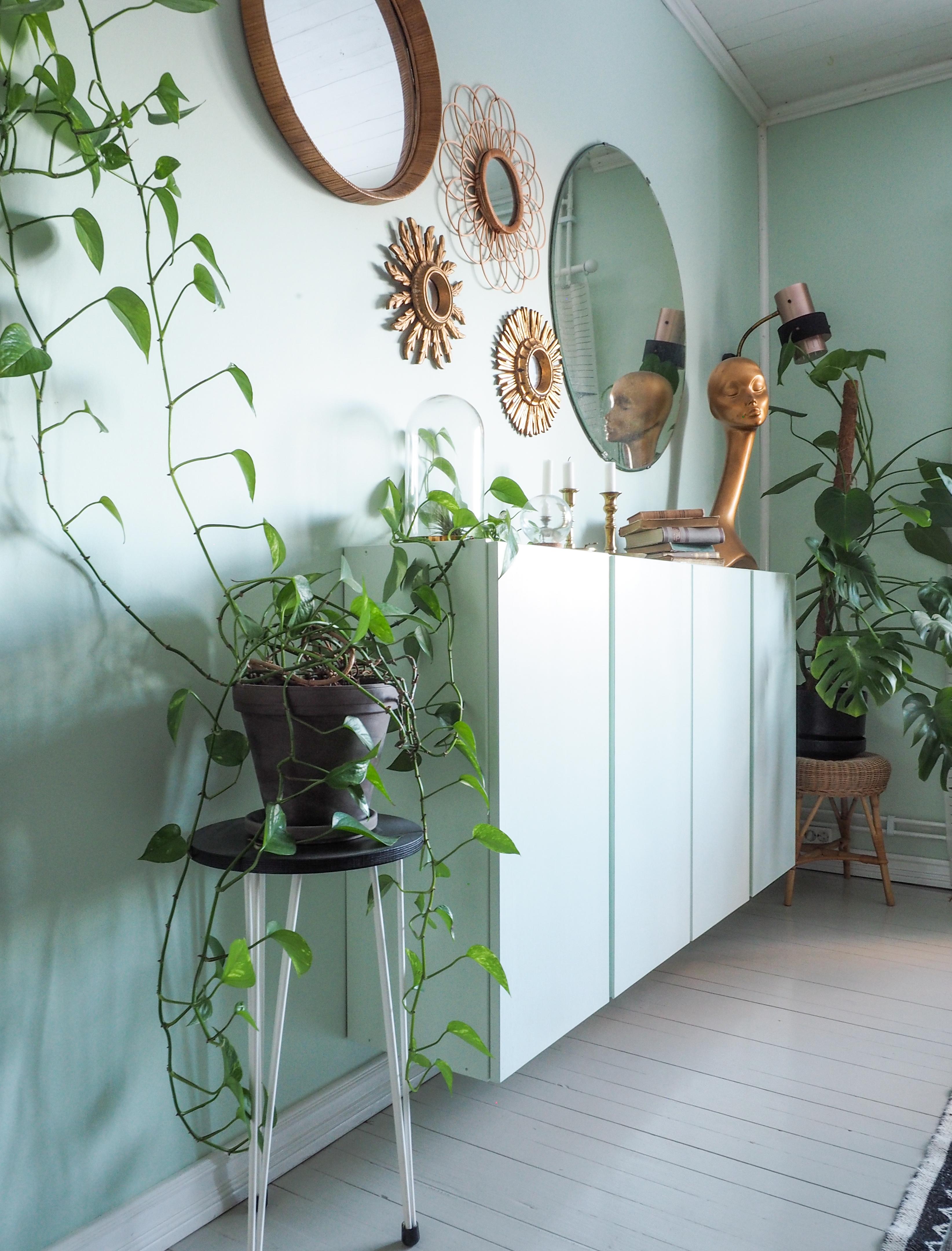 Pauliina maalasi kaapit samalla mintunvihreällä sävyllä kuin huoneen  seinänkin. Kun kaapit vielä kiinnitettiin seinään hieman irti lattiasta 83c8b602c4